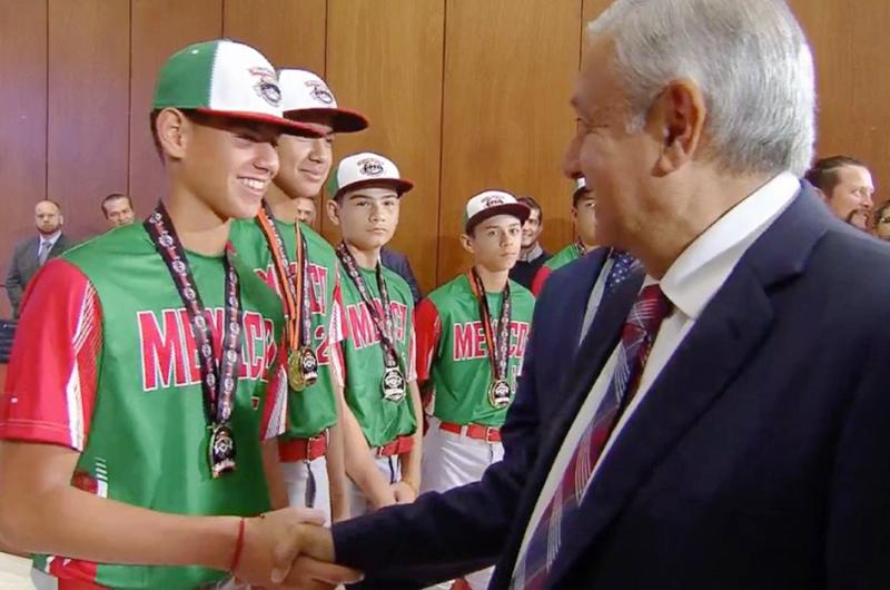 Recibió AMLO a niños beisbolistas campeones del mundo