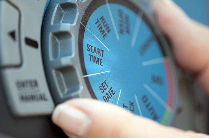 Recuerdan ajustar el reloj de riego a un día por semana