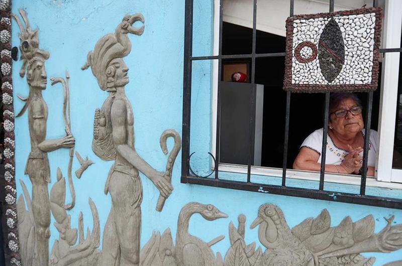 Recrean 'escuela' en la fachada de una casa en la Ciudad de México
