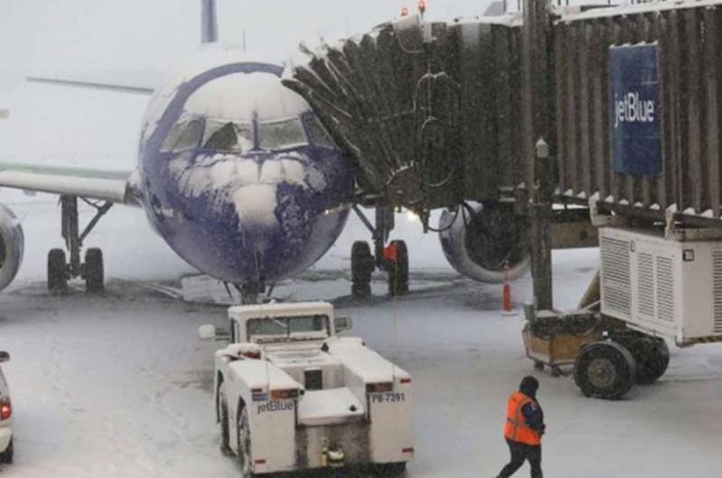 Cancelan cientos de vuelos por primera gran tormenta invernal en EUA