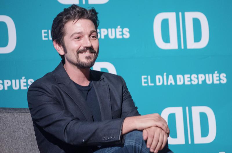 Diego Luna invita los tequilas por una buena causa