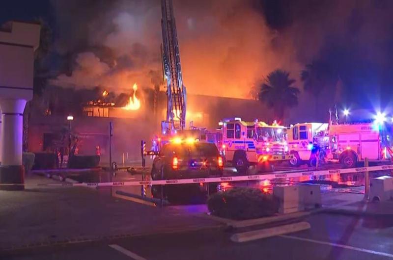Incendio reduce a escombros edificio al este del Strip
