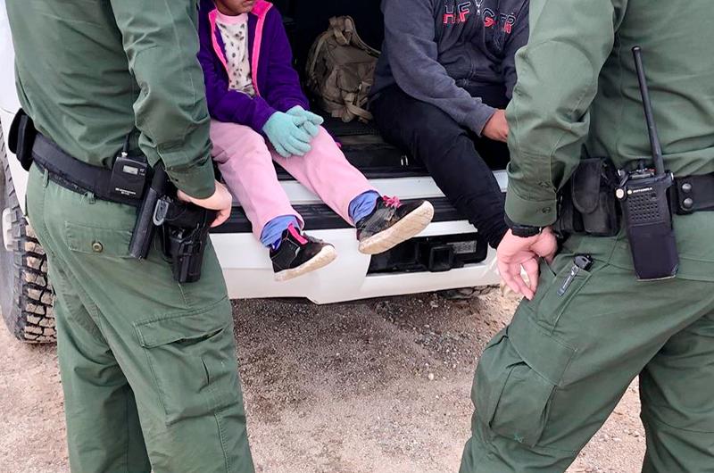 Veintiocho niños migrantes detenidos hace más de un año enfrentan deportación