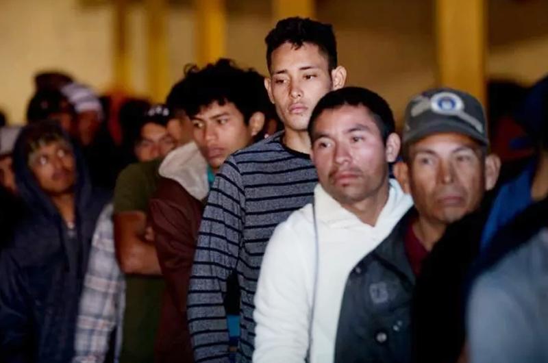EUA anuncia acciones para que solicitantes de asilo esperen en México