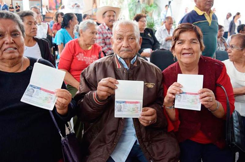 Adultos mayores viajan a Estados Unidos a ver a familiares