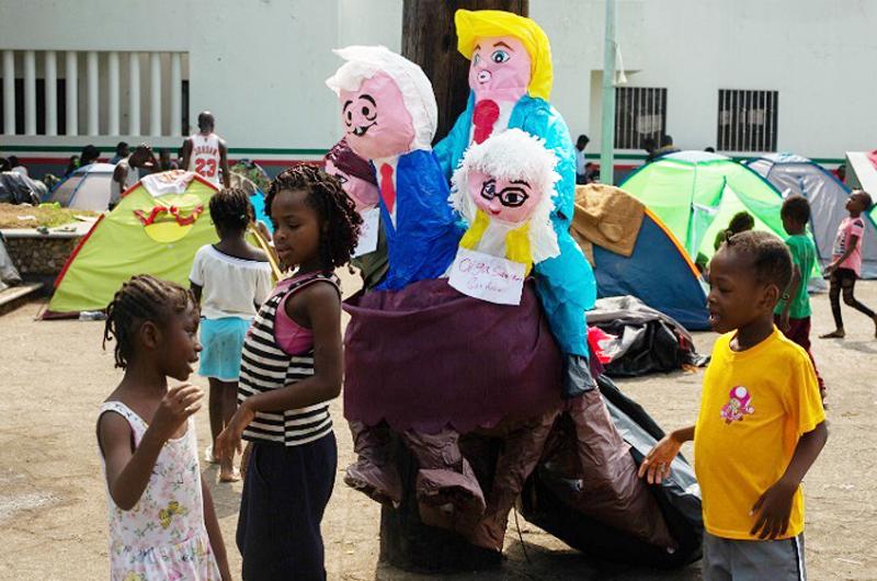 Quemaron migrantes piñata con  figuras de López Obrador y Trump