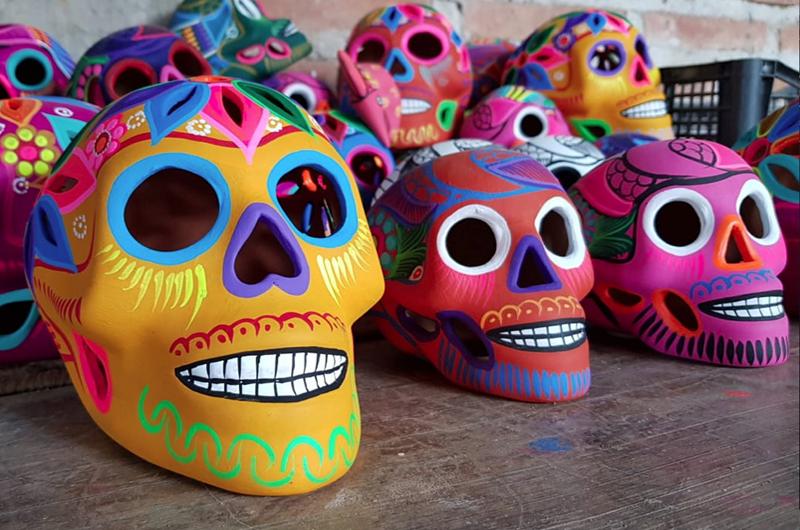 Mujeres indígenas de San Agustín Oapan dan color a la alfarería
