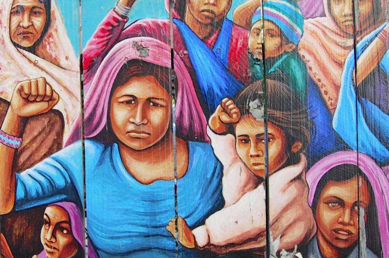 """""""Ser mujer en Latinoamérica"""", un acercamiento fotográfico a la feminidad. Mural con mujeres indígenas y sus hijos levantando los puño, en señal de lucha."""