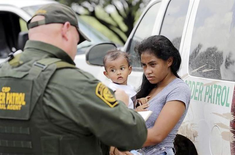 Juez de EU ordena freno temporal a deportación de padres migrantes