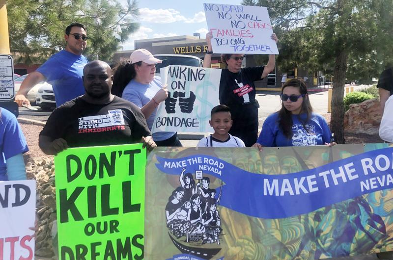 Protestan contra Wells Fargo por apoyar a centros de detención de inmigrantes