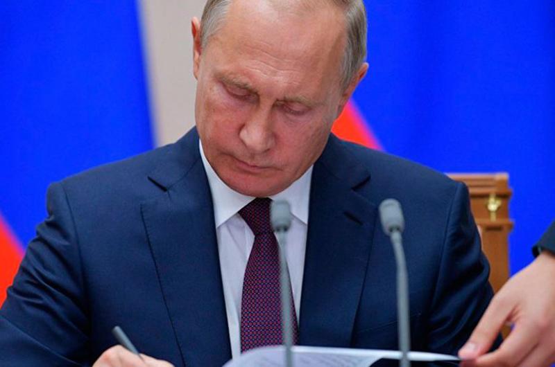 Vladimir Putin firma decreto sobre suspensión del tratado INF por parte de Rusia