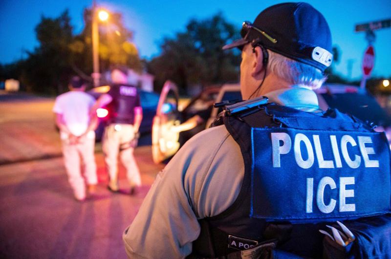 Detienen a 680 migrantes en redadas en fábricas de Misisipi