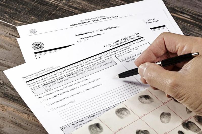 Inmigrantes libran carrera contrarreloj para efectuar trámites de ciudadanía