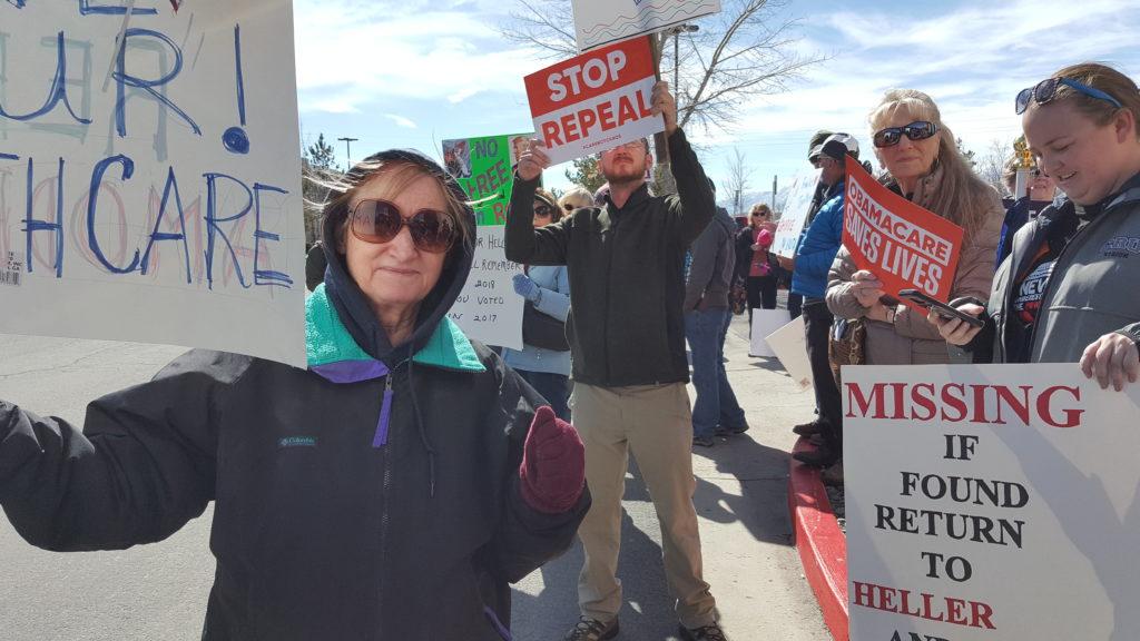 Lo presionan para que rechace el Trumpcare Líderes comunitarios frente a las oficinas de Dean Heller
