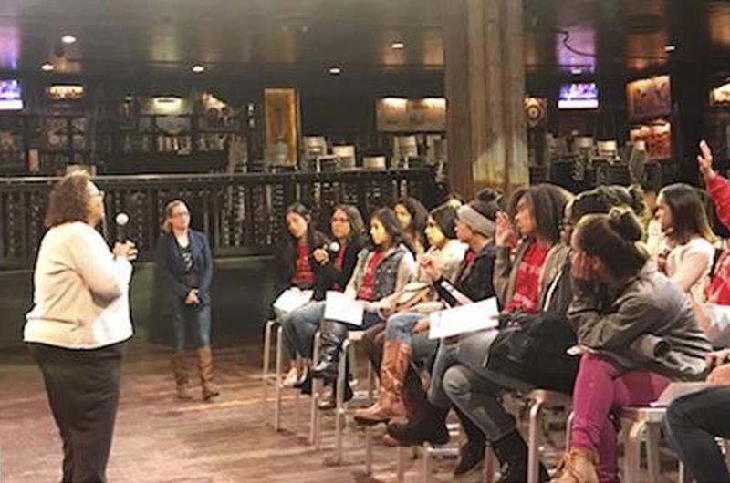 Tocan el futuro con las manos jóvenes de la Canyon Spring High School