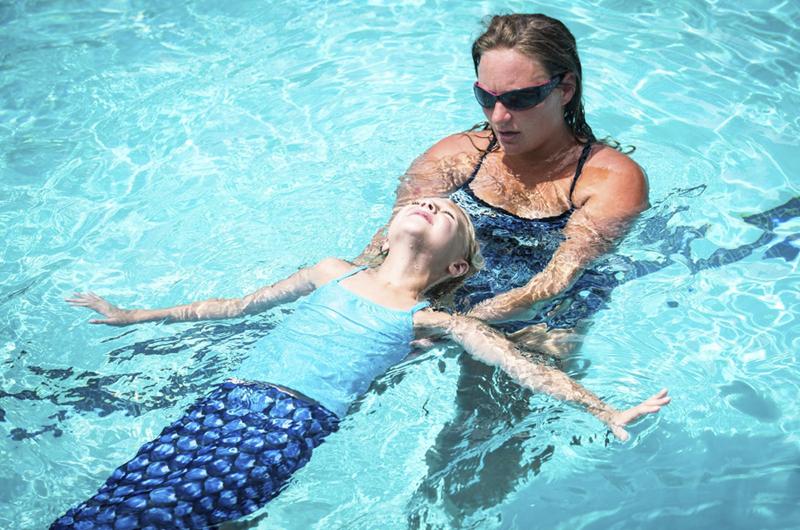 Clases de natación como sirenas ayuda a obtener movilidad del cuerpo
