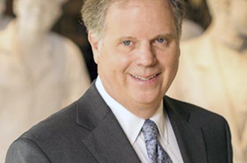 """Victoria demócrata en Alabama envía mensaje """"de igualdad y respeto"""": Jones"""