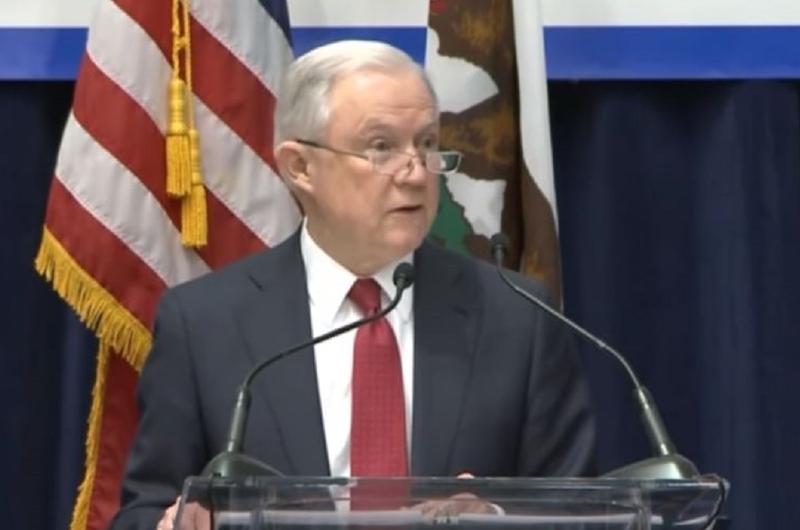 Funcionario de migración en California dimite con denuncias contra fiscal