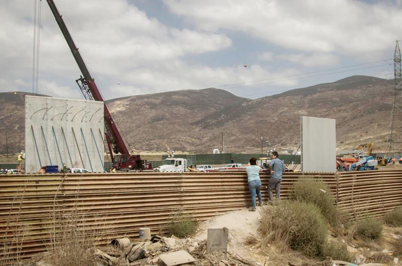 Gobernador dice a Trump que California construye puentes y no muros