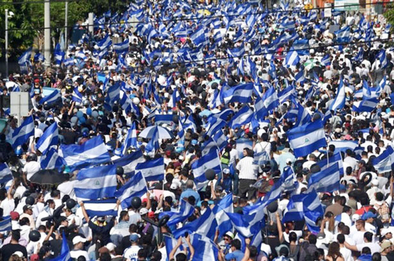 Nicaragüenses responden a la represión con masiva marcha pacífica