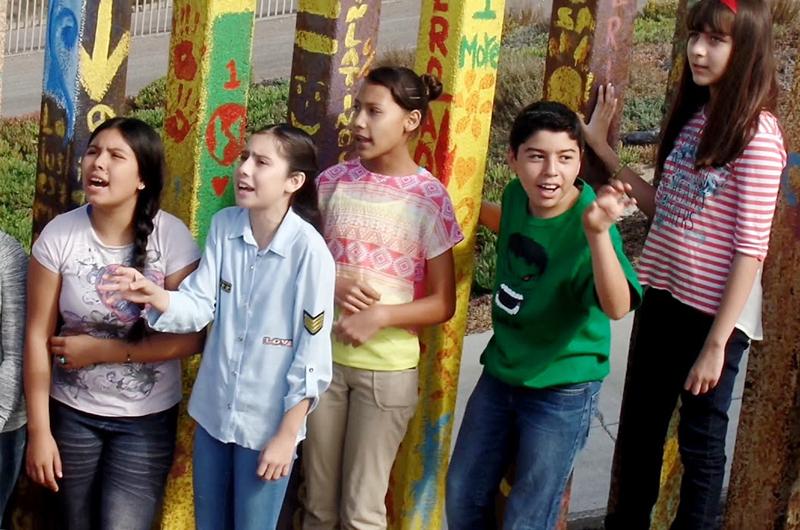 Cantaron niños bajacalifornianos con artista italiano en muro fronterizo