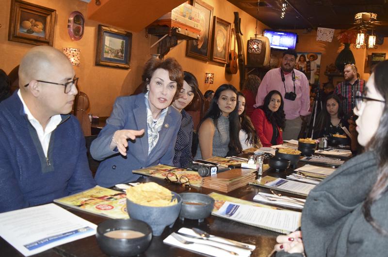 Jacky Rosen se reunió con DREAMers, escuchó a beneficiarios de TPS y DACA