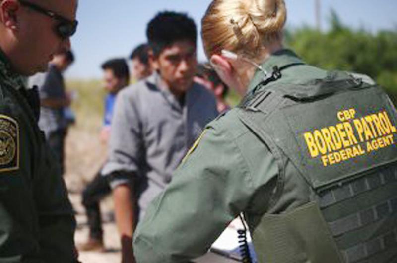 Autoridades rescatan a migrantes en zona desértica