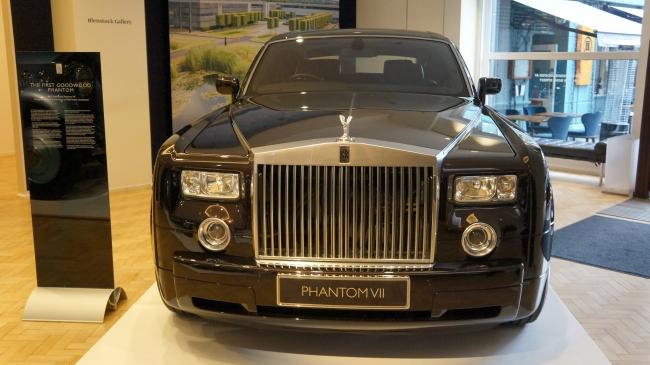 Rolls Royce lanza nuevo Phantom en exposición de sus autos clásicos