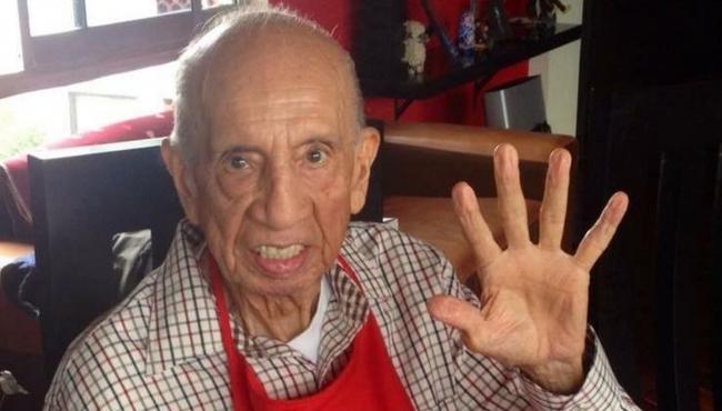 Amigos acompañan a familiares en velorio del comediante Héctor Lechuga